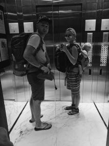 Bangkokas māju liftā satraukuma pilna, nezinot, kurp dodamies.