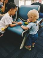 Mazais lidostā pats atrod sev izklaides, viegli sadraudzējas ar citiem bērniem. Joņoja kā traki.