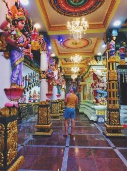Iekšā hinduistu templī