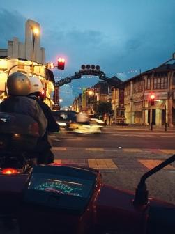Joņojam līdz ar vietējiem pa Georgetown ielām ar moto