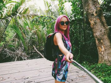 Rozā mati smuki izceļās uz tā džungļu zaļā