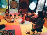 Bēbīšskoliņas nodarbības noslēgumā visi klausās pasaku