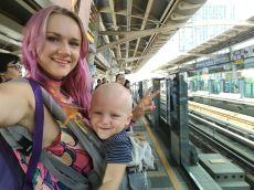 Priecīgi Bangkokā, skytrain stacijā