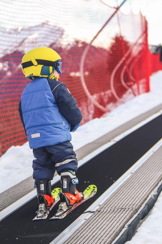 Ar bērnu uz kalnu - Rafaels slēpo