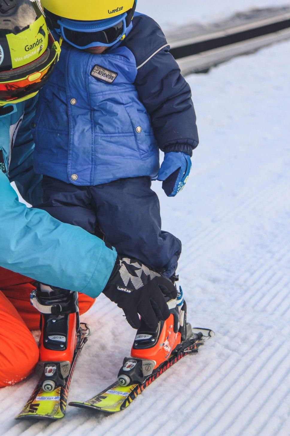 Ar bērnu uz kalna - Rafaels slēpo